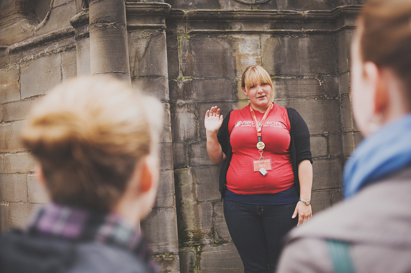 tour guide in edinburgh telling stories